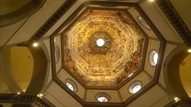 ornately painted dome of florence cathedral in florence, italy, interior - kuppeldach oder kuppel stock-videos und b-roll-filmmaterial