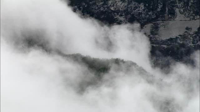 vídeos de stock, filmes e b-roll de orographic a formação de nuvens no escarpa-vista aérea-ródano-alpes, isère, arrondissement de grenoble, frança - rhône alpes