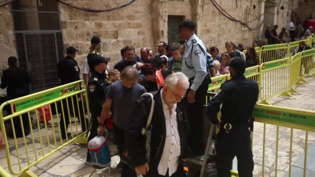 vídeos de stock e filmes b-roll de orthodox christian worshippers gather at the tomb of christ at the church of the holy sepulchre to remember the miracle of the holy fire ceremony in... - milagres