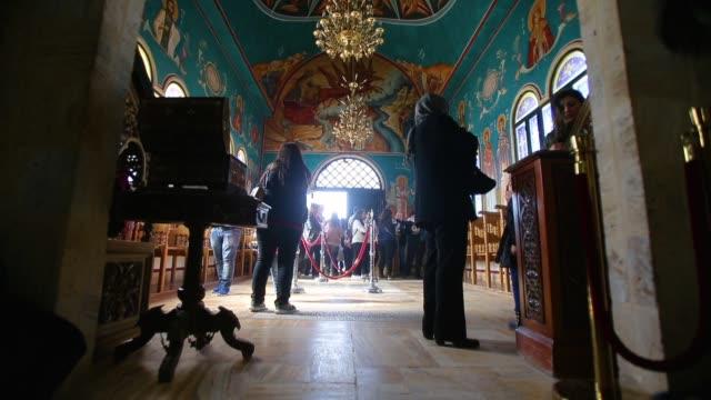 orthodox christians celebrate the epiphany inside the church of st. john the baptist on february 2, 2018 in tal el-kharrar, jordan. every year... - baptist bildbanksvideor och videomaterial från bakom kulisserna