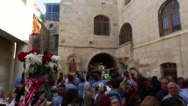 vidéos et rushes de orthodox christians gather church of the holy sepulchre for the holy fire ceremony a day before the orthodox easter in the old city of jerusalem on... - religion