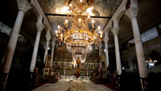 vídeos de stock, filmes e b-roll de igreja ortodoxa para dentro - candelabro