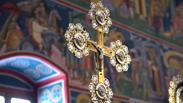 orthodoxes kreuz im kircheninneren - happy easter stock-videos und b-roll-filmmaterial