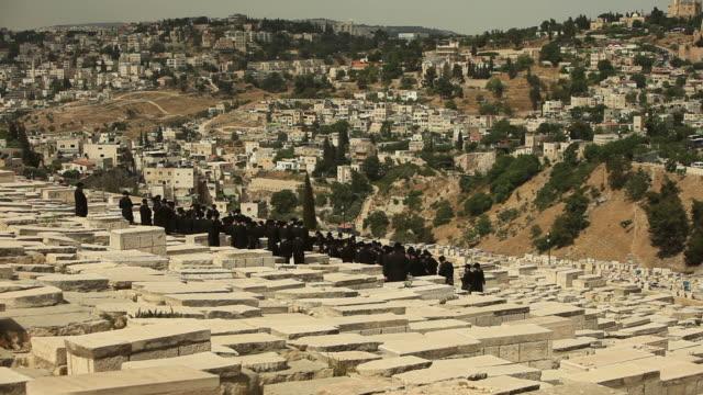 stockvideo's en b-roll-footage met orthodox hassidic jews in a jerusalem cemetery - palestijnse cultuur