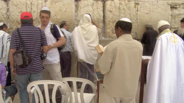 vídeos y material grabado en eventos de stock de ms la orthodox jews praying at wailing wall / jerusalem, israel - torah