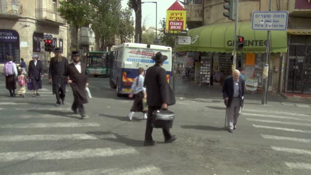 vídeos de stock, filmes e b-roll de ws orthodox jews walking in street near mea shearim / jerusalem, israel - jerusalém