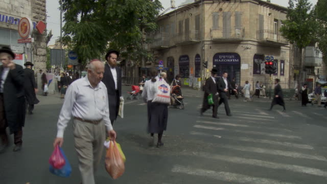 vídeos de stock, filmes e b-roll de ws pan orthodox jews walking in street near mea shearim / jerusalem, israel - jerusalém