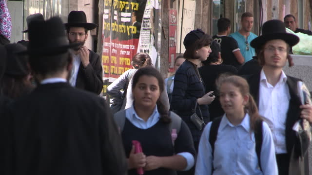 stockvideo's en b-roll-footage met orthodox pedestrians, jerusalem, israel - orthodox jodendom