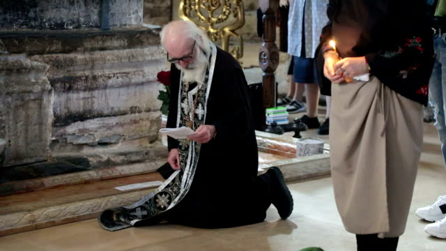 vidéos et rushes de orthodox priest while praying in svetitskhoveli cathedral, mskheta, georgia - prêtre