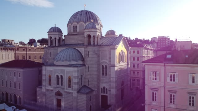 vídeos de stock, filmes e b-roll de templo ortodoxo da santíssima trindade e santa spirido em trieste - facade