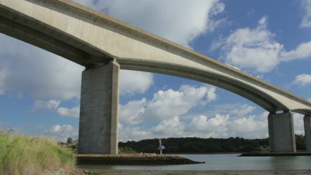 ws pan orwell bridge over orwell river / ipswich, suffolk, uk - beton stock-videos und b-roll-filmmaterial