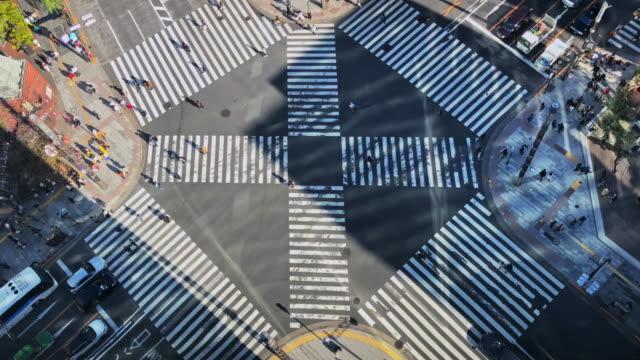 osaka ginza beschäftigt zebra crossing japan 4k video - verkehrsweg für fußgänger stock-videos und b-roll-filmmaterial