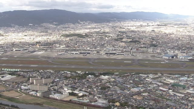 aerial, osaka international airport, japan - campo d'aviazione video stock e b–roll