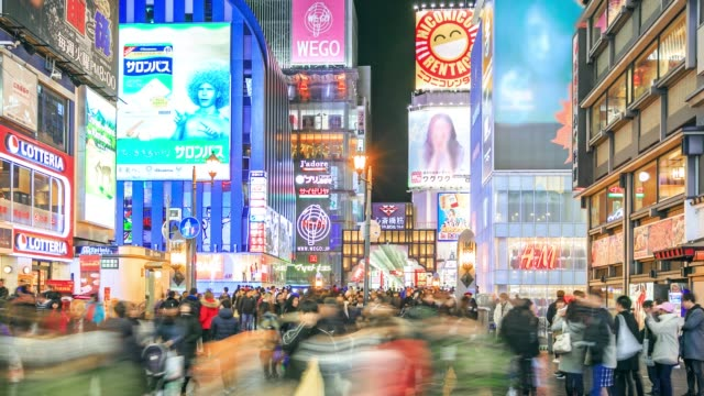 vídeos de stock e filmes b-roll de osaka people shopping town with advertisements sign on street at night and crowded store, timelapse - bar local de entretenimento