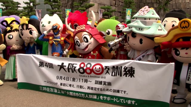 osaka prefecture's mascot character mozuyan joined by mascots for the municipal government and prefectural police 34 characters in total gathered in... - allarme di prova video stock e b–roll