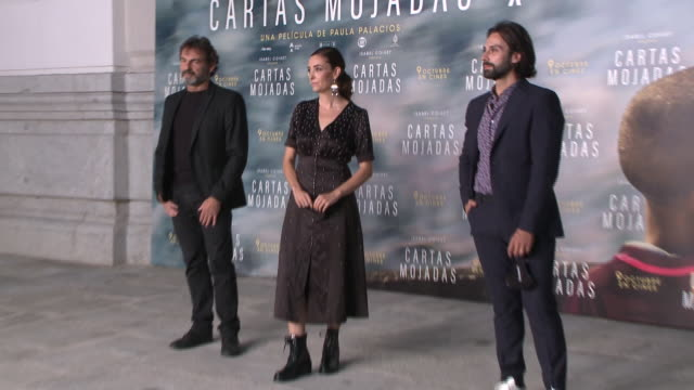 oscar camps, paula palacios and the staff members of the film 'cartas mojadas' attends the premiere at gran teatro principe pio - ドキュメンタリー映画点の映像素材/bロール