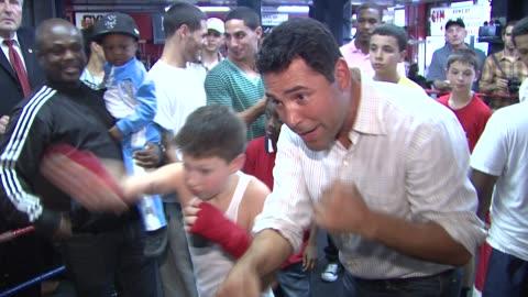 oscar de la hoya and participants at the oscar de la hoya leads boxing clinic for teenage boxers of usa boxing metro at new york ny. - oscar de la hoya video stock e b–roll