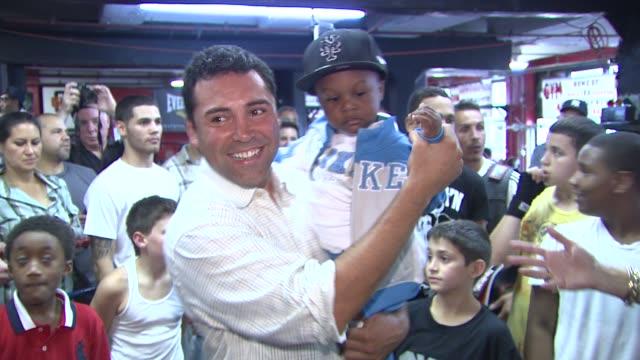oscar de la hoya and participants at the oscar de la hoya leads boxing clinic for teenage boxers of usa boxing metro at new york ny. - oscar de la hoya stock videos & royalty-free footage