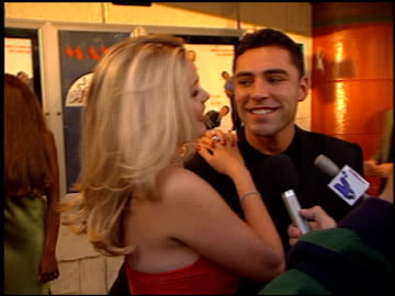 oscar de la hoya at the 'love stinks' premiere at the mann village theatre in westwood, california on august 11, 1999. - oscar de la hoya video stock e b–roll