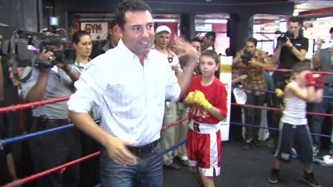 oscar de la hoya at the oscar de la hoya leads boxing clinic for teenage boxers of usa boxing metro at new york ny. - oscar de la hoya video stock e b–roll