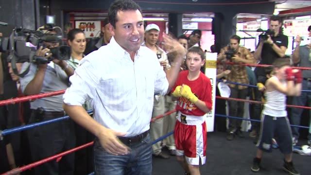 oscar de la hoya at the oscar de la hoya leads boxing clinic for teenage boxers of usa boxing metro at new york ny. - oscar de la hoya stock videos & royalty-free footage