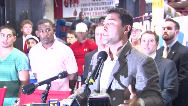 oscar de la hoya talks about bringing boxing to brooklyn and being inspired by the kids here. at the oscar de la hoya leads boxing clinic for teenage... - oscar de la hoya stock videos & royalty-free footage