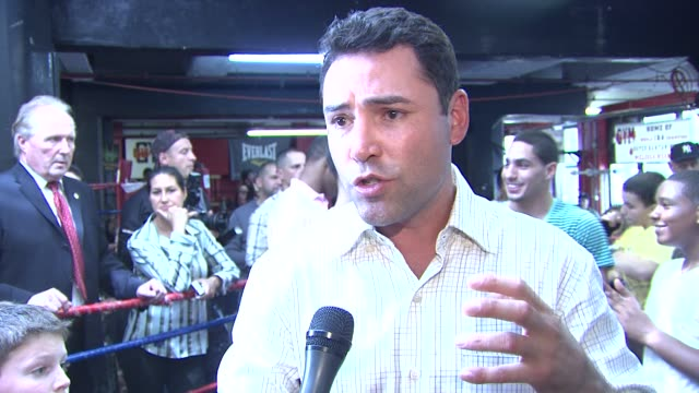 oscar de la hoya talks about kids inspiring him to help bring boxing back to brooklyn. at the oscar de la hoya leads boxing clinic for teenage boxers... - oscar de la hoya stock videos & royalty-free footage