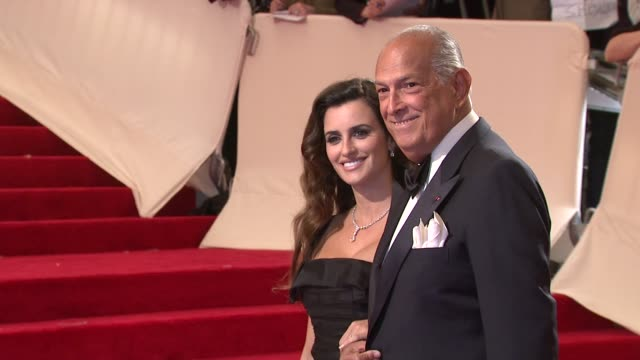 vidéos et rushes de oscar de la renta and penelope cruz at the 'alexander mcqueen: savage beauty' costume institute gala at the metropolitan museum of art at new york ny. - penélope cruz