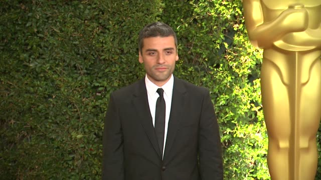 vídeos de stock, filmes e b-roll de oscar isaac at academy of motion picture arts and sciences' governors awards in hollywood, ca, on . - academy of motion picture arts and sciences