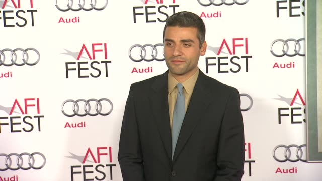 vídeos de stock e filmes b-roll de oscar isaac at afi fest 2013 premiere of inside llewyn davis in hollywood ca on - estreia de filme