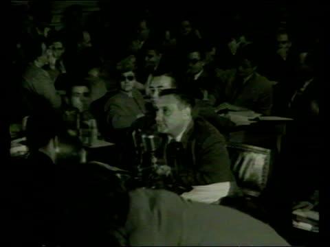 vídeos de stock e filmes b-roll de oscar nominations; lib usa: washington: int b/w people appearing before anti-communist committee of senator joseph mccarthy b/w kazan appearing... - anticomunismo