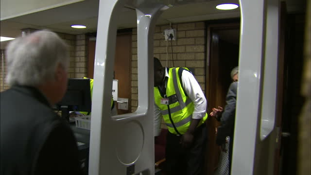 oscar pistorius back in court for sentencing hearing shows interior shots lois pistorius with husband arnold pistorius walking through court house on... - ピストリウス恋人射殺事件点の映像素材/bロール