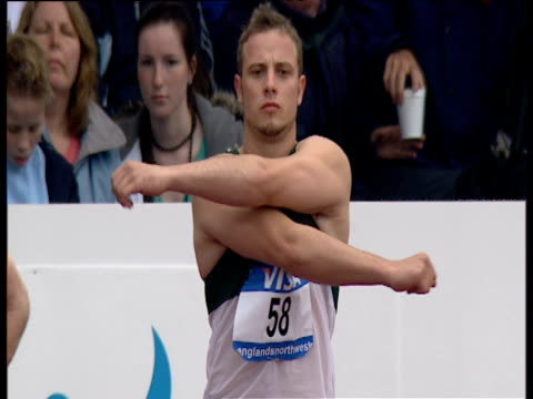 oscar pistorius is introduced to crowd before men's t44 100m final paralympic world cup manchester regional arena 2006 - オスカー・ピストリウス点の映像素材/bロール