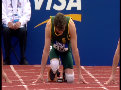 oscar pistorius settles in blocks at start of men's t44 100m final paralympic world cup manchester regional arena 2005 - オスカー・ピストリウス点の映像素材/bロール