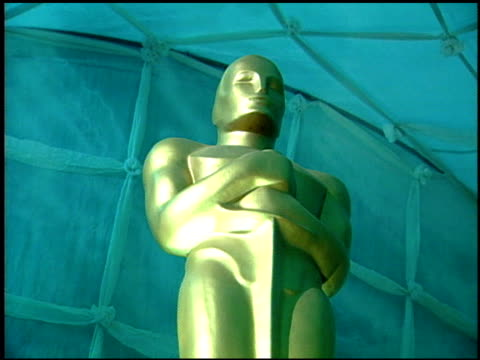 vídeos y material grabado en eventos de stock de oscar statue at the 1999 academy awards governor's ball at the shrine auditorium in los angeles california on march 21 1999 - 71ª ceremonia de entrega de los óscars