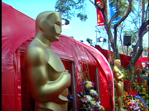 vídeos y material grabado en eventos de stock de oscar statue at the academy awards 99 at shrine - 71ª ceremonia de entrega de los óscars