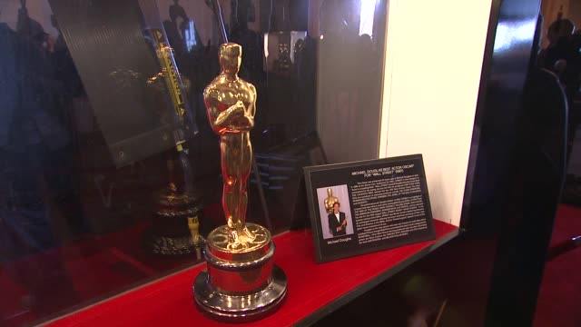 vídeos de stock, filmes e b-roll de oscar statuettes on display at 84th annual academy awards 'meet the oscars' at new yorks grand central terminal on 2/22/12 in new york city ny - ornamento