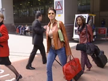 oscar winning actress halle berry arrives at heathrow ready for filming of james bond movie 'die another day'. walks stridently to car park carrying... - 007 ダイ・アナザー・デイ点の映像素材/bロール