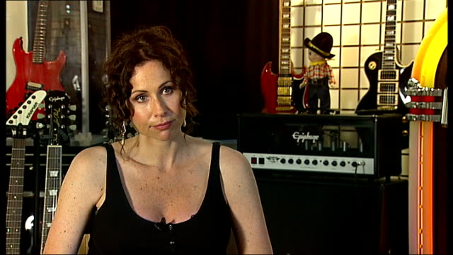 stockvideo's en b-roll-footage met oscarnominated actress minnie driver to play her first gig at london's soho arts theatre * * driver singing heard over the following shots sot * *... - minnie driver