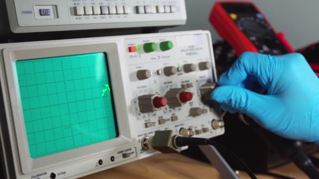 vídeos de stock, filmes e b-roll de osciloscópio - alta voltagem