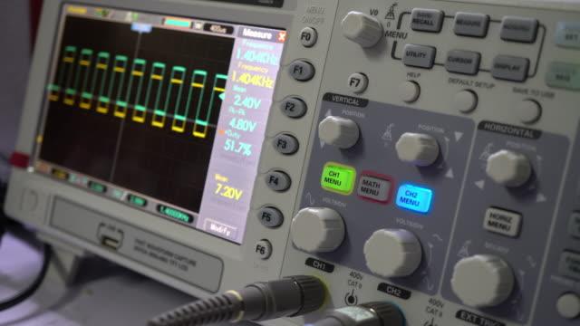 vídeos y material grabado en eventos de stock de osciloscopio - frecuencia