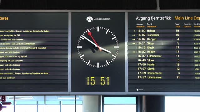 oslo central station - orologio video stock e b–roll