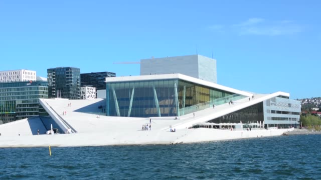 vídeos de stock, filmes e b-roll de oslo norway brand new modern opera house - teatro de ópera