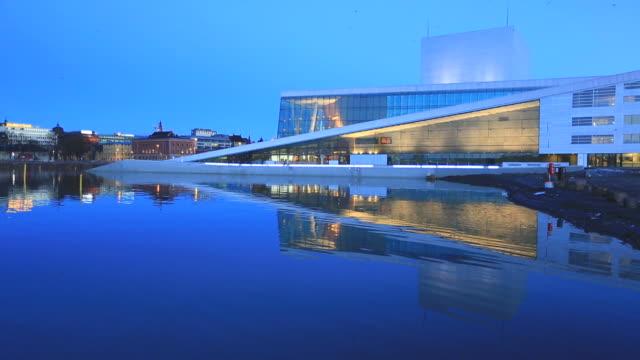 vídeos de stock, filmes e b-roll de oslo opera house e da cidade, com a sua reflexão ao anoitecer - teatro de ópera