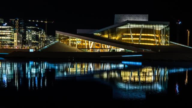 Oslo Opera House en stadsgezicht met reflectie nachts Timelapse