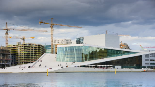 stockvideo's en b-roll-footage met oslo, uitzicht op de noorse nationale opera en ballet gebouw - operahuis