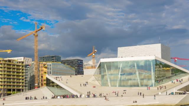 vídeos de stock, filmes e b-roll de oslo, vista do edifício de balé e ópera nacional norueguês - teatro de ópera