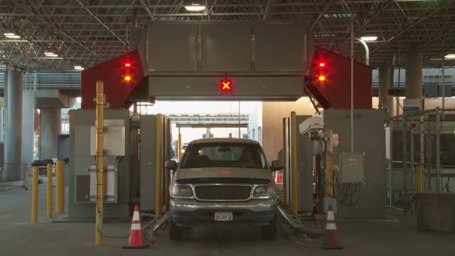 / otay mesa port of entry - 国境点の映像素材/bロール