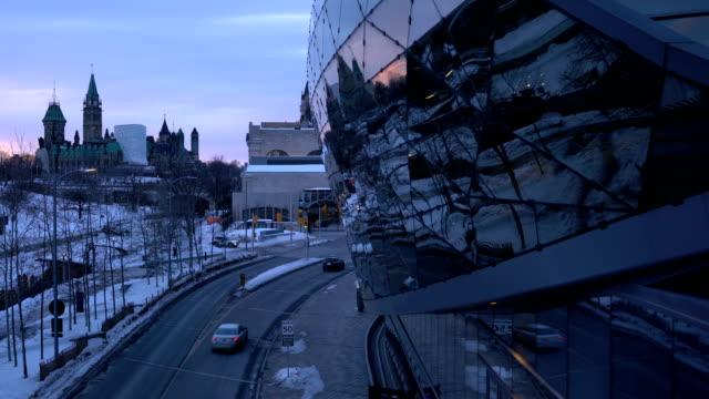 オタワ通りの背景はカナダ議会 - パーラメントヒル点の映像素材/bロール