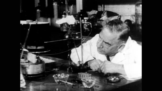 vidéos et rushes de / otto loewi working in his laboratory / loewi with beakers and flasks makes observations and takes measurements otto loewi in his laboratory on... - 1936